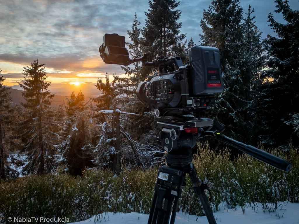 Kamera Sony FS7 podczas realizacji materiału na szlaku w pobliżu schroniska na Lipowskiej